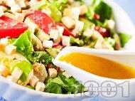 Зелена салата с риба тон, домати, краставици, крутони и авокадо с дресинг от мед, горчица и зехтин